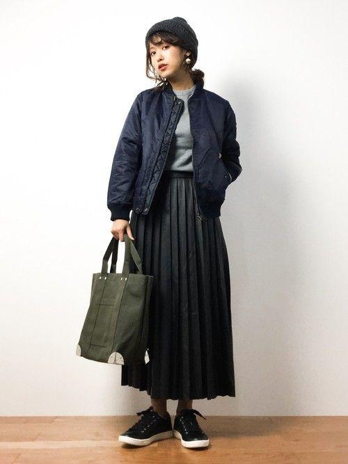 黒のMA,1はプリーツスカートと合わせるとカジュアルな大人コーデになります。いつも甘めのコーデばかりで黒のMA,1の着方がわからないなんて方は是非スカートと合わせて