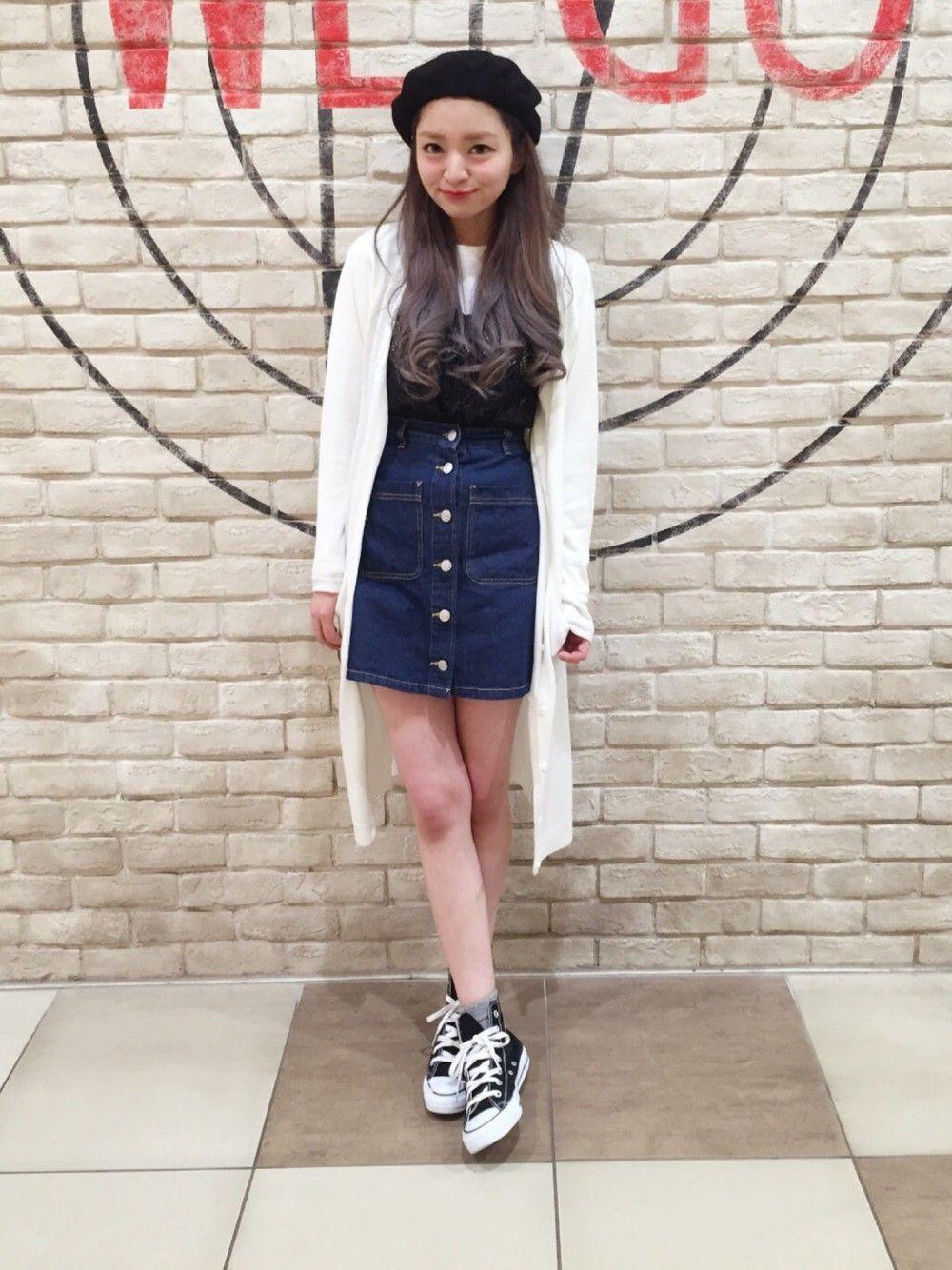 色が薄いブルーのデニムスカートも可愛いですね♡春にピッタリのカラーです。トップスには白のセーターを合わせて、お上品かつカジュアルな春コーデに◎