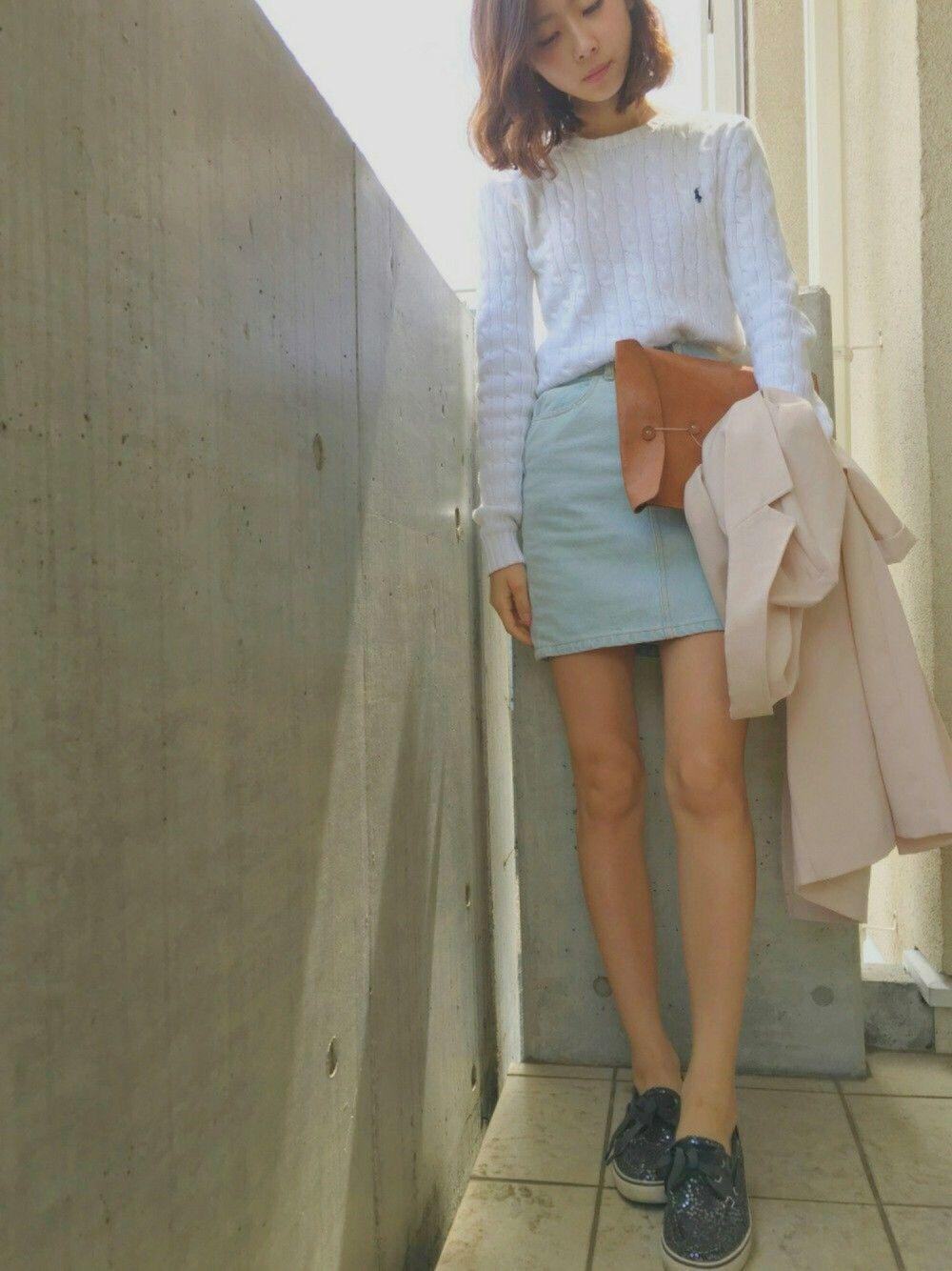 白のデニムスカートは春にピッタリ♡スカートが白なので、トップスには柄物がベスト◎春先まで使えるチェックシャツがおすすめですよ。春コーデを叶える魔法のアイテム  ...