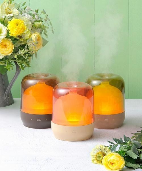 アロマティックミスト ショップ:IDEA SEVENTH SENSE  ブランド:BRUNO  ¥6,480税込  リビングやベッドサイドなどあらゆるシーンで香りを楽しめる大容量加湿器☆ まるでキャンドルのようなオレンジの温かみのある灯りが部屋中に優しくゆらぎ、癒しの空間を演出してくれます♪ 主張しすぎない透明感のあるオシャレなカラーがさりげなく輝きます♡ 潤いをもたらし、香りが癒しを運び、洗練された空間が広がります!