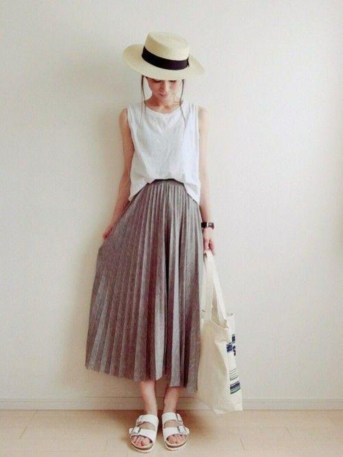 白Tシャツ×グレーロングプリーツスカートのコーディネート。トレンドのモノトーンスカートが白によく映えます。サンダルも白で統一し、さわやかさを演出♪麦わら帽子と