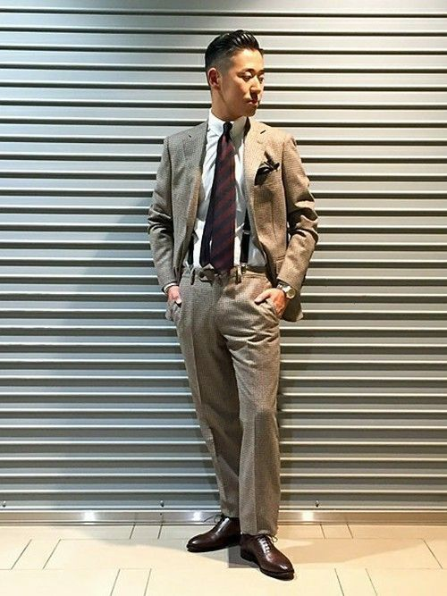 チェックで作られたグレーのスーツにサスペンダーを合わせたスタイリングです。ダンディーな印象漂う着こなしですよね。セミフォーマルなスタイルは友人の 結婚式や