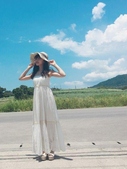 最大のモテコーデといっても過言ではないでしょう、麦わら帽子×白ワンピースコーデです♡夏の海辺でのデートシーンが思い浮かぶ、男ウケ抜群のナチュラルな 麦わら帽子