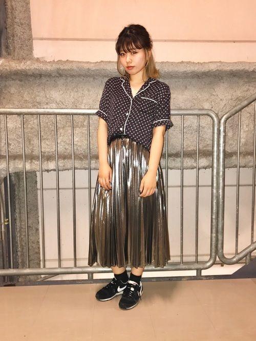 周りと差をつけて。トレンドメタリックスカートで作る格上げコーデ♡