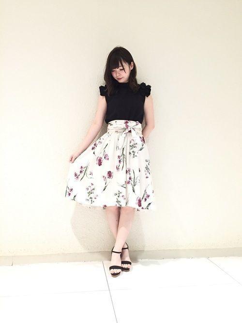 白×花柄スカートで作る愛されコーデ特集♡の1枚目の画像
