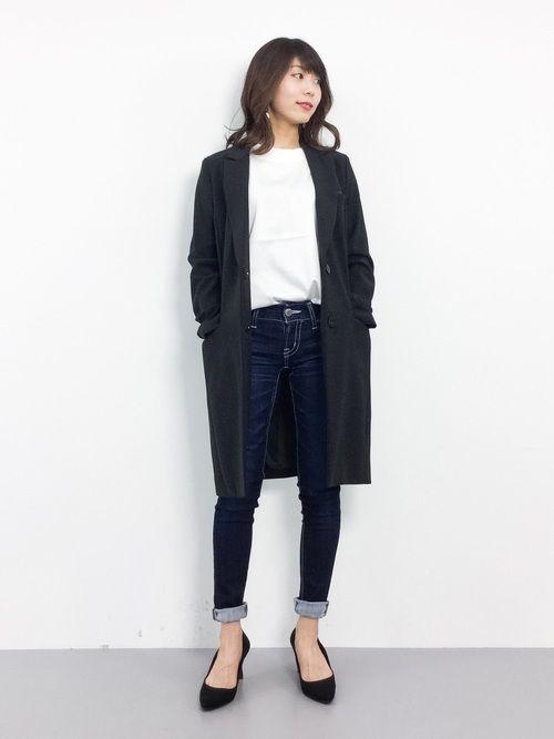 白Tシャツにジーンズを合わせたカジュアルなコーディネートも、グレーのチェスターコートを合わせればモード系ファッションに早変わり。チェスターコートは一枚で