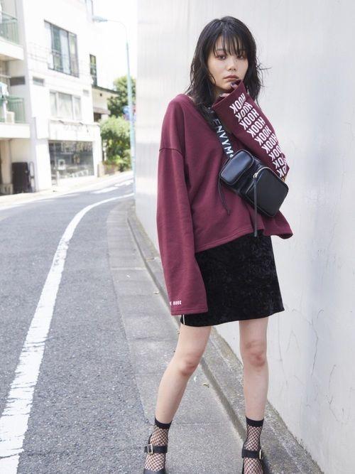秋の女子高生の制服コーデの定番がシャツ×スウェット×制服スカートなので、少しこのコーデは似ていて少女らしい若々しい印象になります♪やっぱり、流行の最先端を行っ