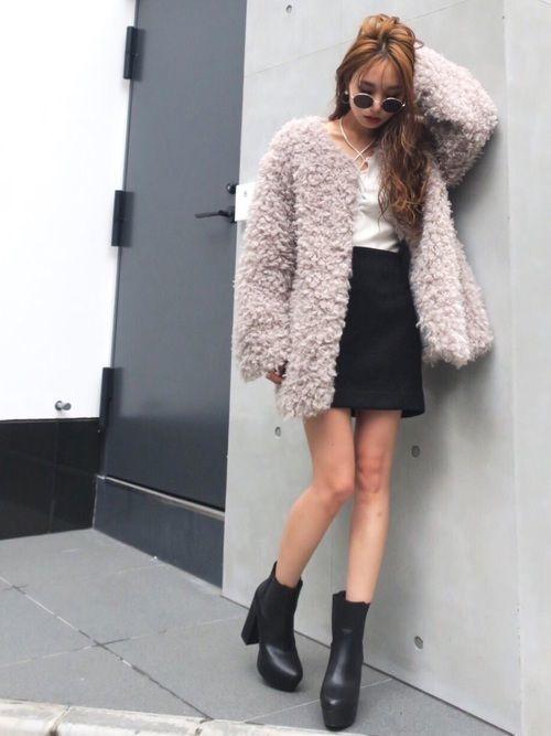 先ほどと同じ色の組み合わせでも、プードルコートの長さによって雰囲気が全く違います。白トップスと黒のスカートとシンプルなコーディネートです。