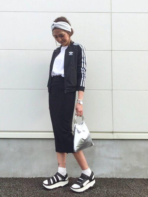 adidasのジャージと取り入れたスポーツミックスコーデ。白トップスに黒のタイトスカートと、とってもシンプルなコーディネートです。そこにadidasのジャージを組み合わせることでスポーツミックスコーデに。adidasのジャージを取り入れると子供っぽくなってしまいそうと思っていた方もいると思います。ですがタイトスカートと組み合わせることで、大人カジュアルなスポーツミックスを作り出すことができます。