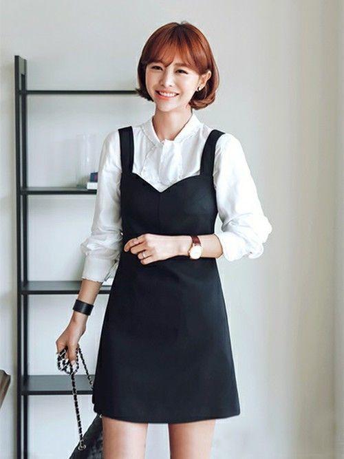 605975691c475 ブラックのAライン気味ワンピースに白のブラウスを合わせてクラシカルな印象に仕上げた韓国ワンピースコーデ。白のブラウスは、爽やかで清潔感があって 韓国ワンピース ...