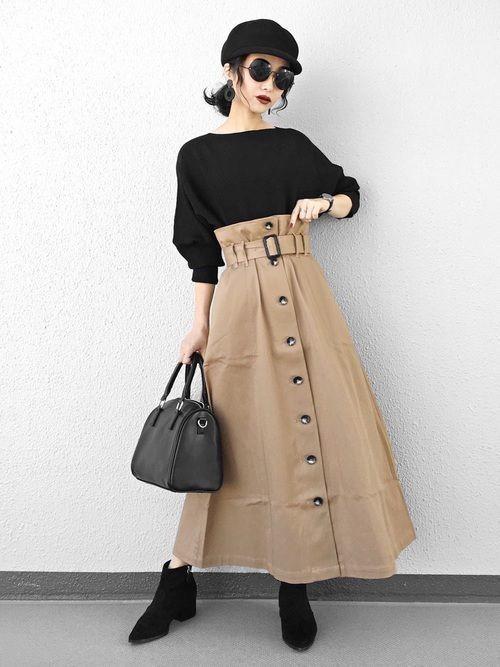 こちらは、黒のアイテムを合わせたベージュスカートコーデ。ボタンやベルトが魅力的でかっこいい雰囲気のベージュスカートですよね。トップスを中に入れることで、