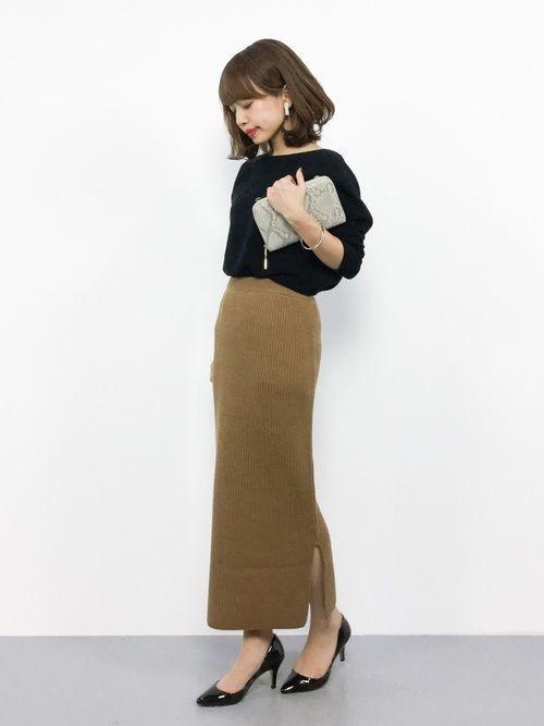 ブラックプルオーバー×ベージュニットスカート。長めの丈のほっそりとしたシルエットとニットの素材感の組み合わせがエレガントな大人の女性らしさを引き立ててくれる