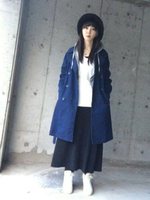 8. 明るい青で目を引くコーデ , ロングスカート×コートが最強