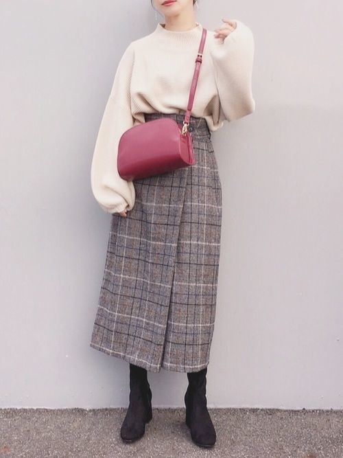 4908ebe8c37d 今年のトレンドであるチェック柄スカートを合わせたこちらのコーデ♡ホワイトのトップス×チェック柄スカートのコーデは冬の定番ですが、そこに赤バッグを投入すること  ...