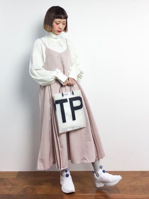 話題の≪ポンプフューリー≫とは?王道カラー白のおすすめ女子コーデ