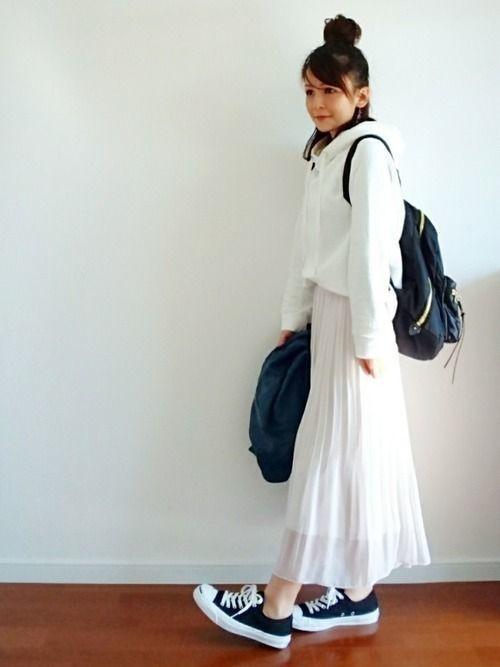 白パーカーに白プリーツスカートを合わせた真っ白な秋・冬コーデ。スニーカーやリュックとあわせて、カジュアルさもプラス。トップスとボトムス以外のアイテムを黒に