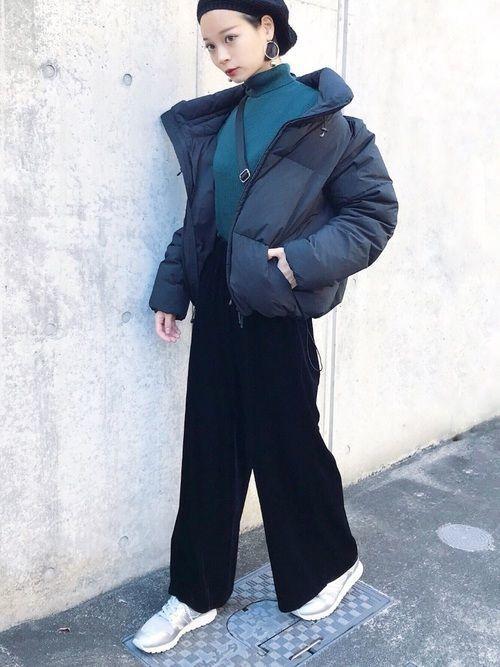 先ほどと同じく、EMODAのダウンジャケットを使ったコーデ。黒のダウンジャケットって、レディースものを買ってもなんだか野暮ったくなってしまうことが多いです