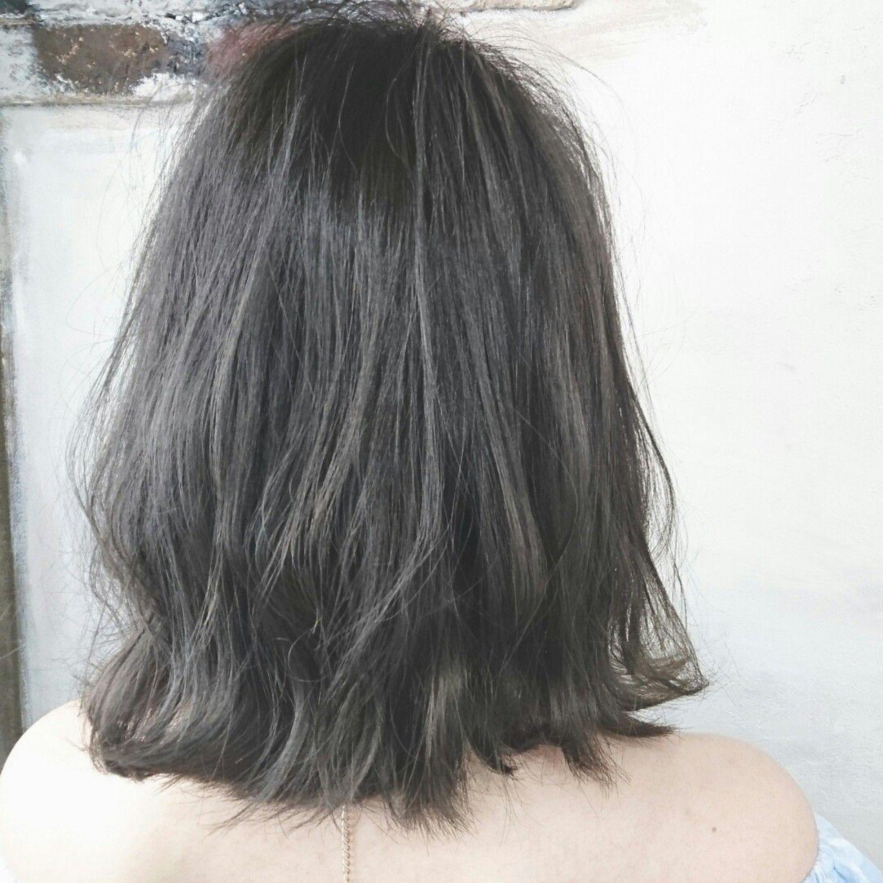 外国人風ヘアカラーは、ブリーチをしてからカラーリングするのが一般的。 しかし、ネイビーグレーはブリーチなしでも楽しめる優れもの!  もともの髪色に重ねてもキレイ