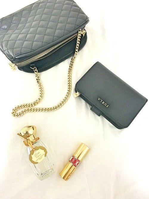 b5b827b9347c ミニバッグの流行とともに、コンパクトなレディースの二つ折り財布の人気が上がっているんです。もちろん普段は長財布派の方も、フォーマルな場やパーティなどでは ニ ...