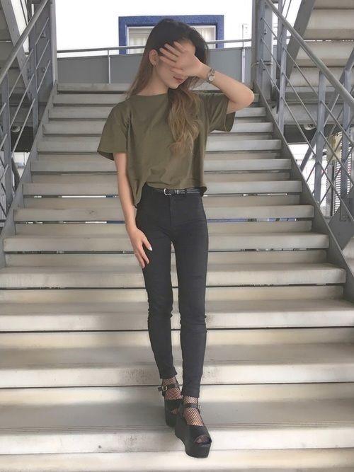 【ショート丈Tシャツ】のコーデご紹介。丈の短い服を着こなすコツ