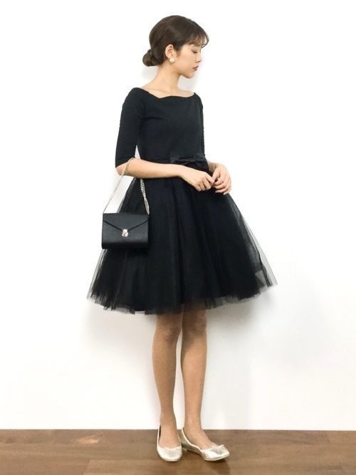 今年トレンドのオフショルにチュールのスカートがとってもガーリーな黒のパーティードレスです♡ゴールドのバレエシューズと合わせることでバレリーナのようなガーリー