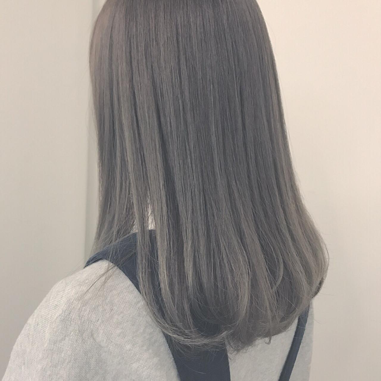 アッシュグレーは、おしゃれなくすんだ灰色のヘアカラー。光に当たると灰色っぽいニュアンスのあるヘアカラーとなり、ヌケ感を演出することができます。