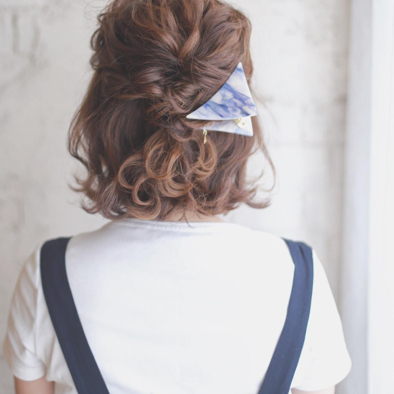 アップヘアはできなくとも、「ハーフアップ×くるりんぱ」ならショートでもしやすいアレンジ。襟足の髪が短くても、無理せず自然にできるのでオススメです♡  やり方は