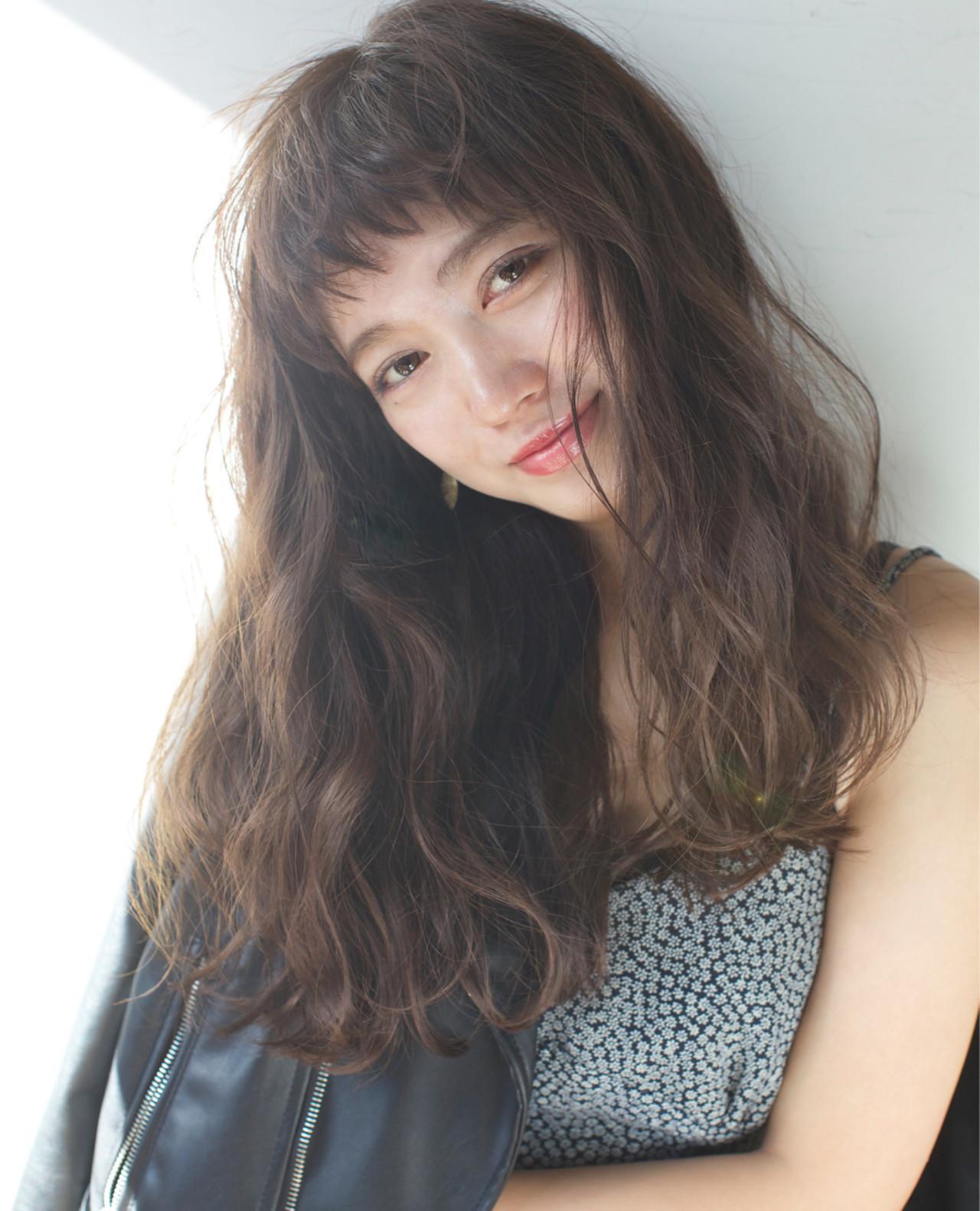 オン眉ヘアとは、その名のとおり「眉毛の上で前髪を切ったヘアスタイル」のことを指します。  オン眉ヘアでも、斜めに切ったスタイルや、眉上でまっすぐに切りそろえる