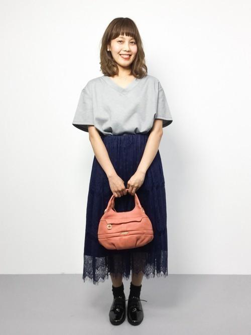 942aafd2a9025 毎年流行する透け感のある花柄スカート。ネイビーの花柄スカートにはどんなトップスを合わせたらおしゃれなのか迷ってしまいますよね。そんなときはグレーのカットソー  ...