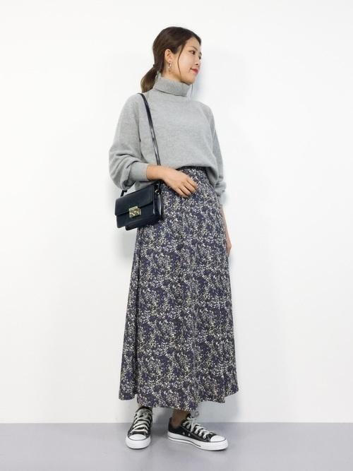 6725333c91d41 グレーのハイネックシャツとネイビーの花柄ロングスカートを組み合わせたコーディネートです。落ち着いた花柄なのでグレー×ネイビーの大人っぽい雰囲気にぴったりな  ...