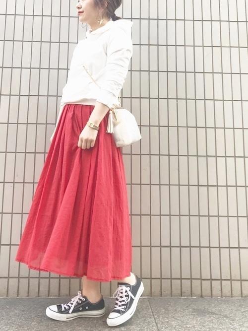 【色別】パーカーでおしゃれに!大人かわいいレディースコーデ20選の8枚目の画像