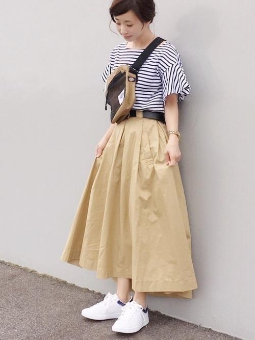 レディース向け【スニーカー×スカート】で作る大人女っぽコーデ特集の2枚目の画像