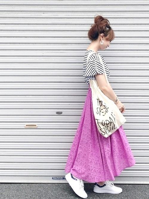 レディース向け【スニーカー×スカート】で作る大人女っぽコーデ特集の11枚目の画像