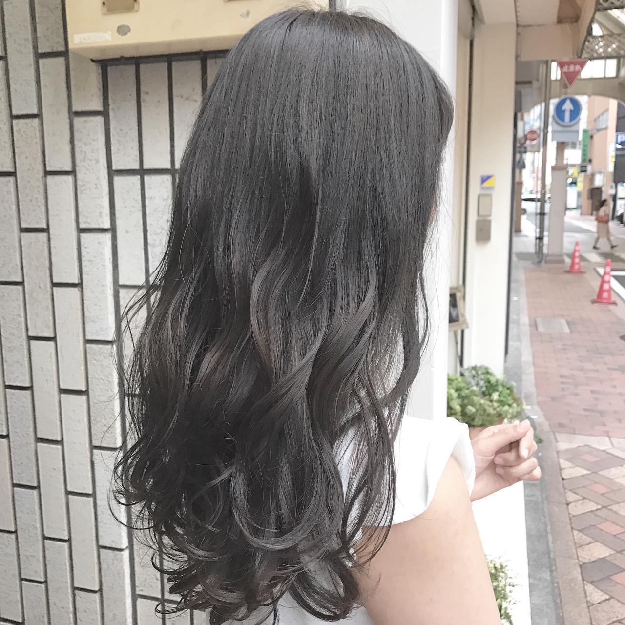 なんて方は、暗めカラーのグレーアッシュをチョイスするのが◎。 自然な髪色だけど、ちょこっとイメチェンしたい!そんな願いをかなえてくれるヘアカラーです♪ツヤ感