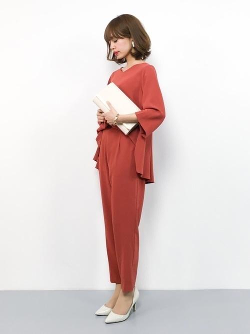 80900b3a4684d ゆとりのある袖とヒップラインをカバーしたデザインは、大人の体型の気になる方でも挑戦しやすいですね♪このパンツドレスコーデで個性もアピールできること間違いなし  ...