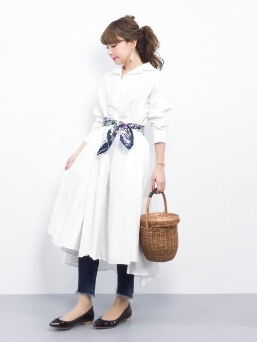 d8be6afd1b309 こちらもシンプルな白シャツワンピですが、広がった裾や大きめの襟がポイントのアイテム。白シャツワンピは、すらっとしたようなシルエットが多いイメージですが、  ...