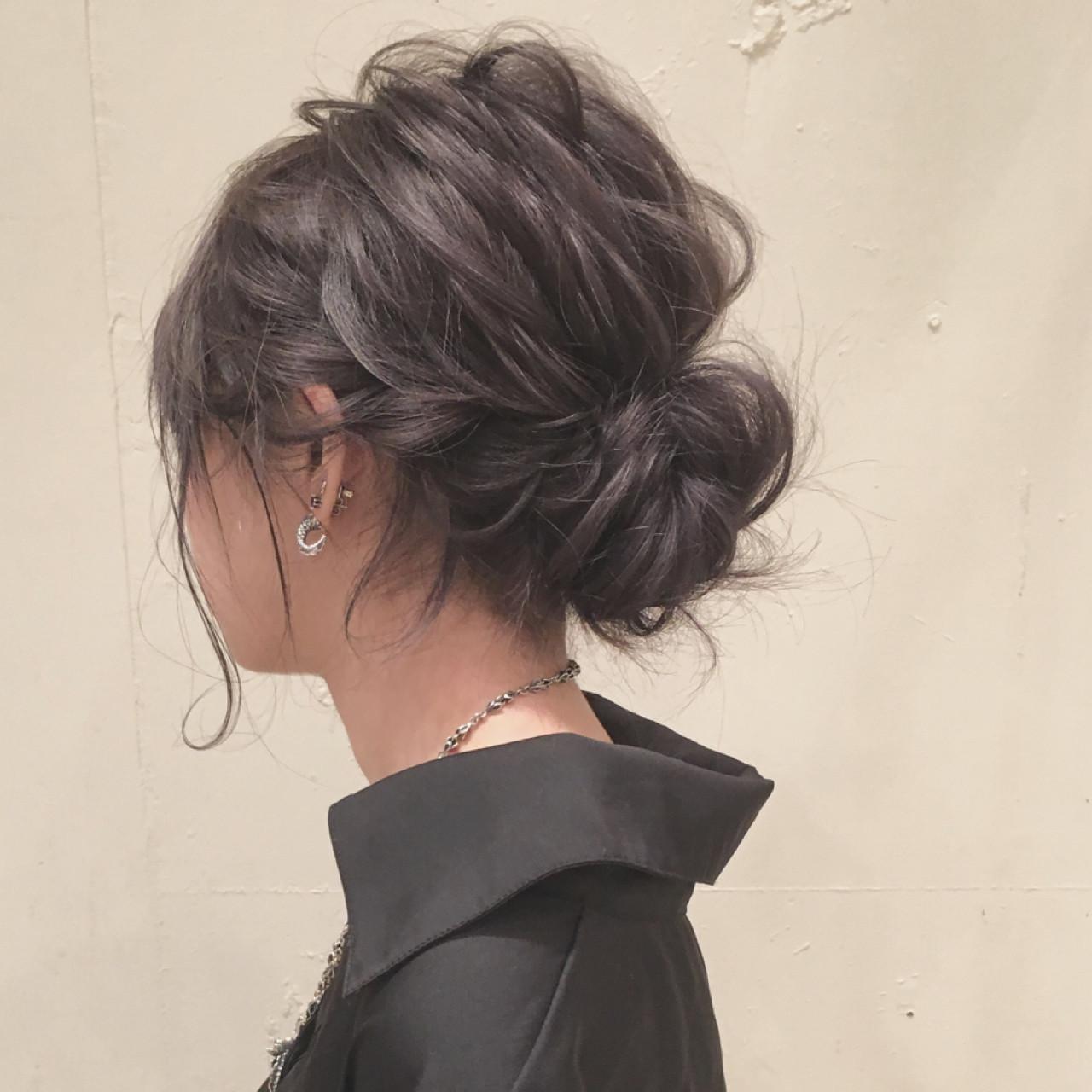 黒髪ミディアムの《シニヨン》アレンジです。すっきりまとめたこのスタイルはオフィスにもぴったり!