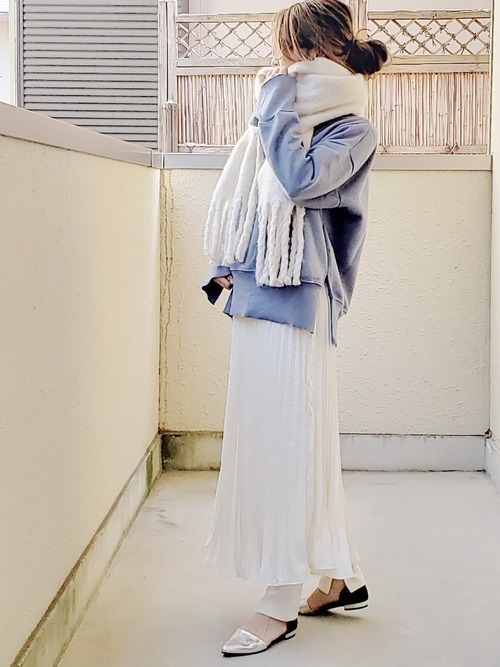 白プリーツスカートは、コーディネート次第でガーリーすぎずに着こなせる♡