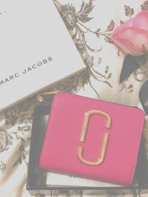 b28dbf015240 マーク ジェイコブスは、財布のほかにも時計やバッグも人気のブランド。大学生へのプレゼントにももってこいですよ。