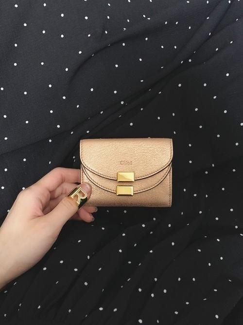 57710ffe02d6 40代に人気のレディースおすすめブランド財布2つめは、「Chloé(クロエ)」です。 クロエはブルガリと同様、香水でも有名なブランドです。