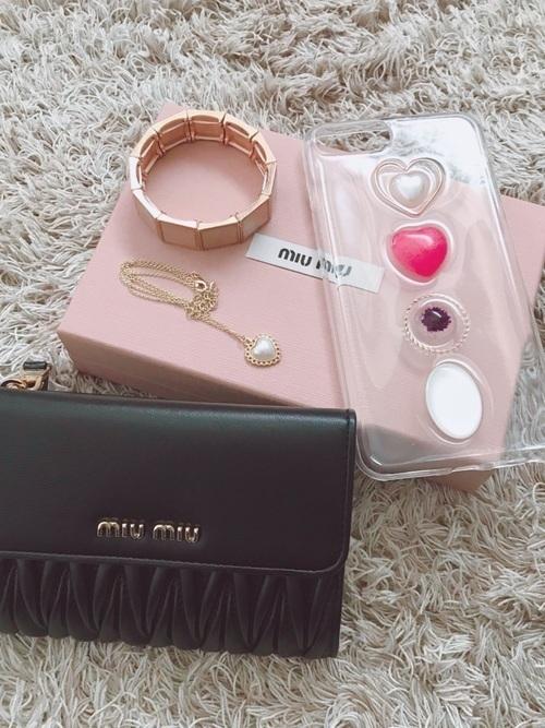 1dff0f14fbd5 20代に人気レディースブランド財布最後のおすすめは、「miu miu(ミュウミュウ)」です。 持っているだけで気分が上がりそうな かわいらしいデザインと、丈夫さが人気の ...