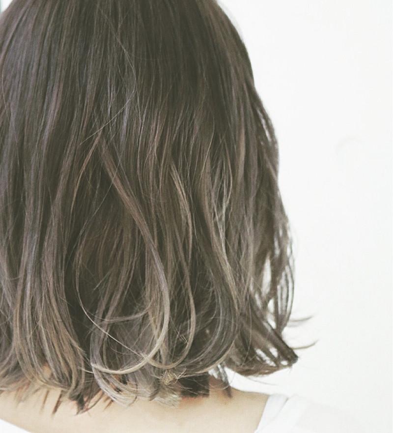 ハイライトカラーでミディアムヘアの魅力アップ お洒落なスタイル集