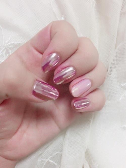 ミラーネイルのピンクがかわいい♡基本的なネイルのやり方も紹介の9枚目の画像