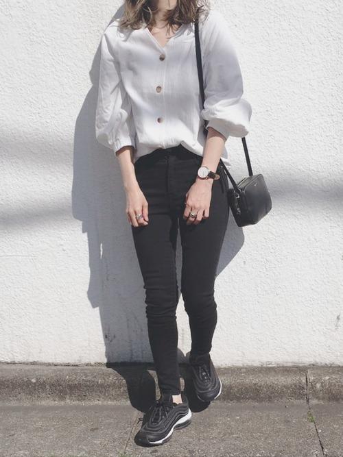 黒スキニーコーデで夏を満喫。ファッションをすっきりまとめての5枚目の画像