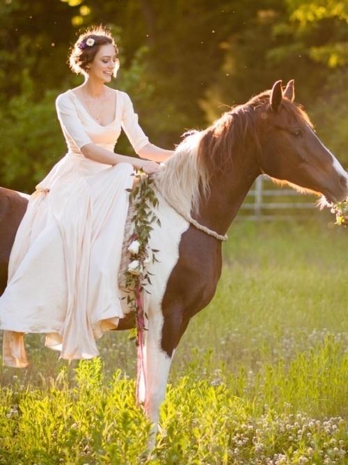 ウェディングドレスの画像をチェック。おしゃれな衣裳がいっぱいの1枚目の画像