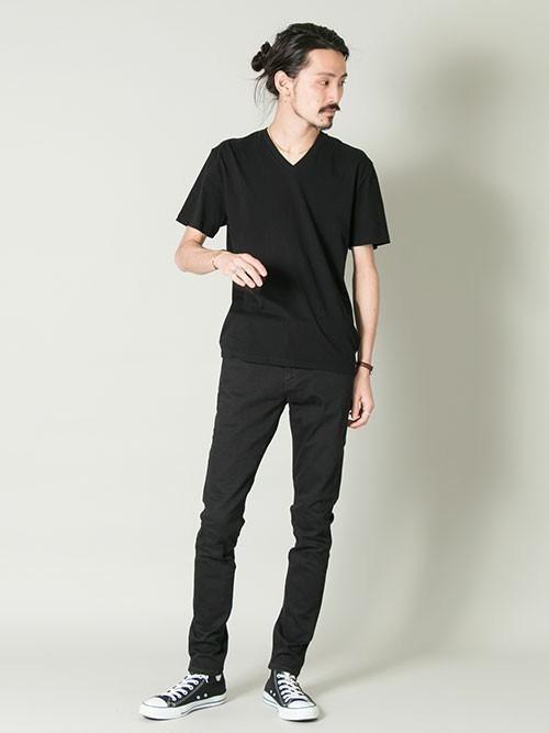 メンズ必見!VネックTシャツのおすすめ着こなしコーデ10選の2枚目の画像