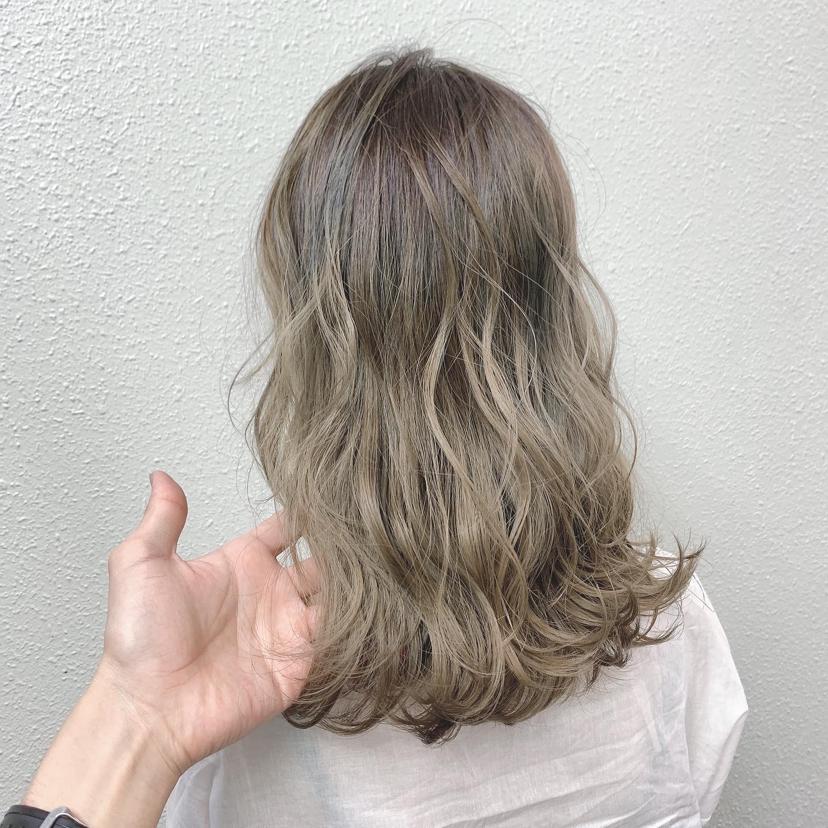 【人気ミルクティーカラーの種類まとめ】髪色の特徴やカラー剤も紹介