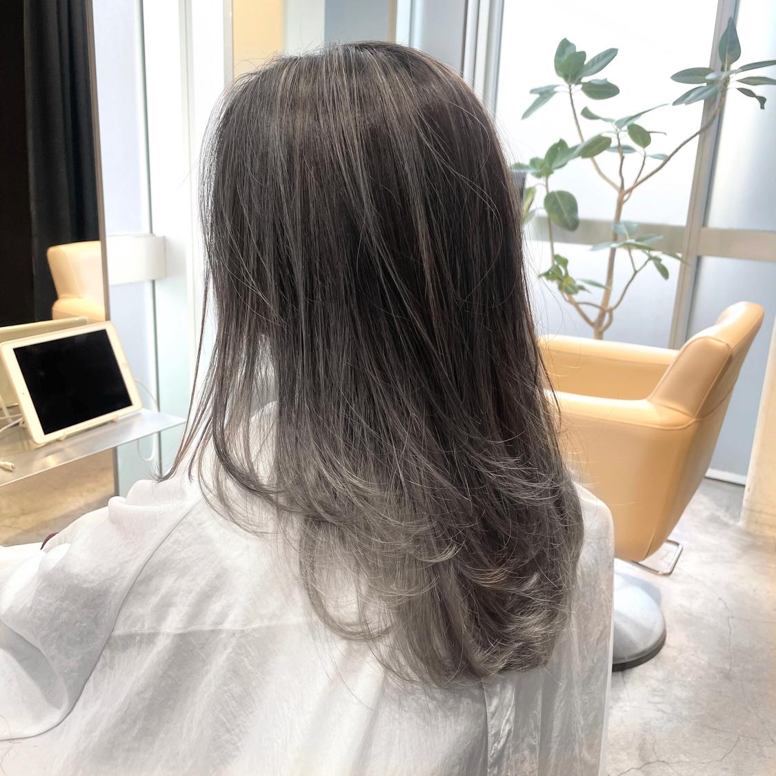 ブリーチありのデザインカラー。 出来る限りダメージレスに。  グラデーショングレージュ。  秘密のレシピで叶える。 《極上質感》をぜひ✨ . . くせ毛に悩む女性のための スタイリングケアが出来ました! WEBやお店でも手に入らない 紹介制のアイテム【ONSE】 気になる方はDMかホームページから 【https://toshiya-hagiwara.themedia.jp/】  仕上がりの質感がとても良いです。 その柔らかさでクセをコントロールします。 艶はもちろん。サラサラからしっとりまで クオリティが高くてオススメです!  オイル→ツヤツヤ、グロッシー バーム→しっとり、柔らか ミスト→サラサラ、エアリー  タイプを分けるとこんな感じ。 質問があれば喜んでお受けします😊 . . ※只今、マスクしたまま施錠出来るよう 替のマスクご用意してます。   #前髪 #グレージュ #透明感 #アッシュ #ナチュラル #カジュアル #ストリート #ガーリー #キュート #オフィス #丸顔 #シースルーバング #カラー上手い #ゼロアルカリストレート #髪質改善 #ストレートパーマ #アッシュ  #アディクシーカラー  #イルミナカラー