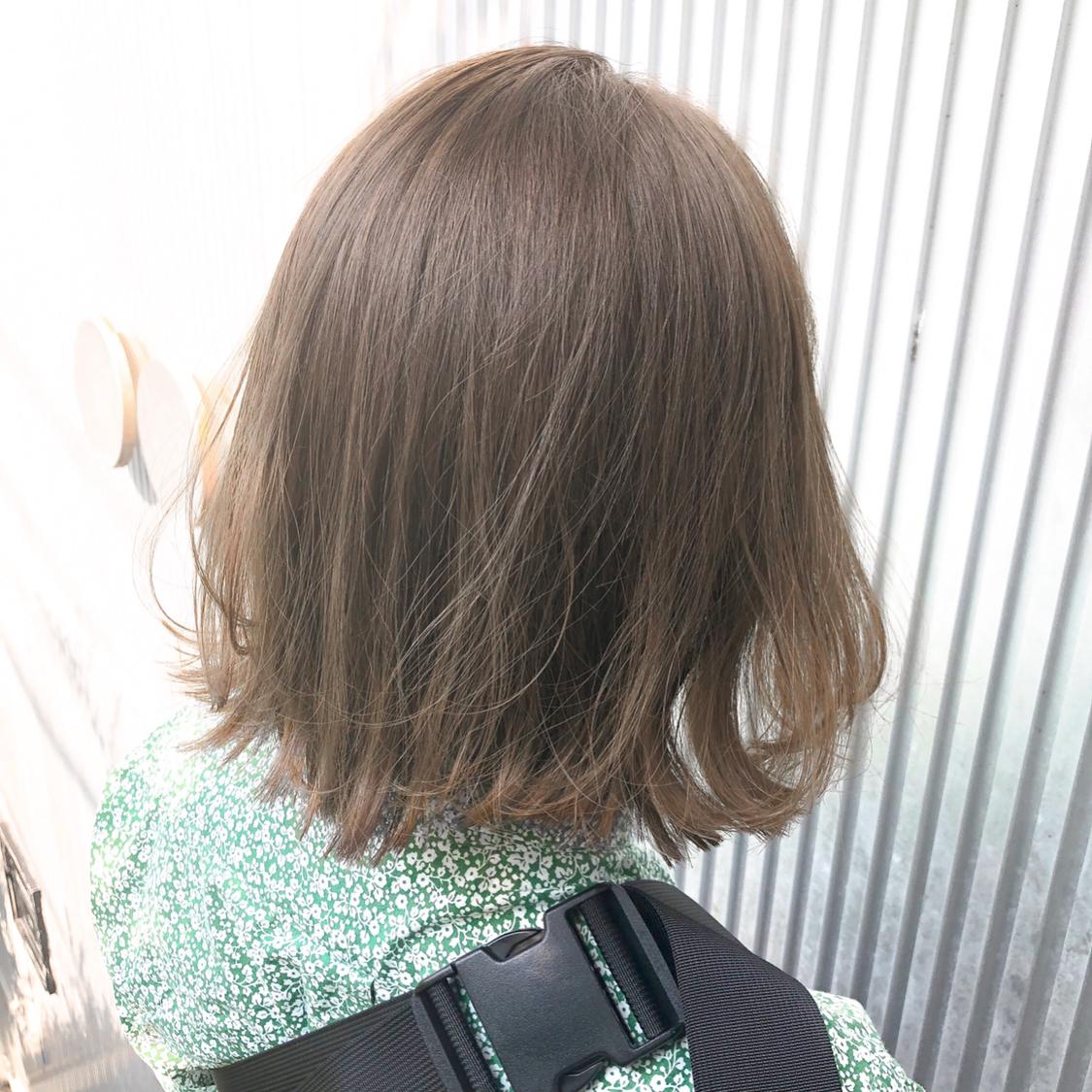 夏のハイトーン。 だけど、痛むのはイヤなので ノーブリーチカラーで引っ張り あげます(^^)  #前髪 #グレージュ #透明感 #ミディアムヘア #アッシュ #ナチュラル #カジュアル #ストリート #ガーリー #キュート #オフィス #丸顔 #シースルーバング #カラー上手い