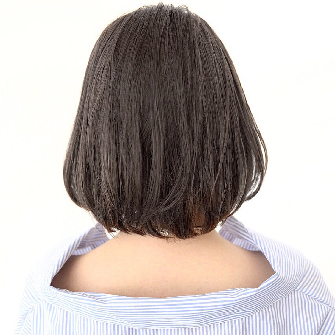 ほんのりレイヤーを入れたグレージュボブ。 ワンカールで柔らかく動きます。 . . #前髪 #グレージュ #透明感 #アッシュ #ナチュラル #カジュアル #ストリート #ガーリー #キュート #オフィス #丸顔 #シースルーバング #カラー上手い #ゼロアルカリストレート #髪質改善 #ストレートパーマ #アッシュ  #アディクシーカラー  #イルミナカラー  #ショート  #ショートボブ  #ボブ